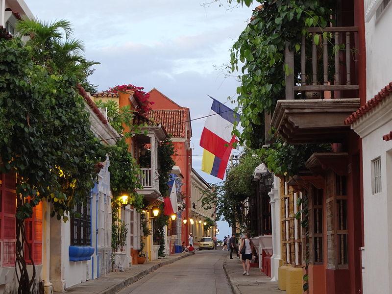 800px-A_dos_cuadras_de_la_plaza_de_San_Diego._Cartagena._Colombia