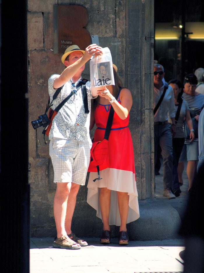 lost turists reading a map - spanish phrases